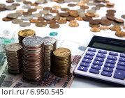 Купить «Пирамиды монет на купюрах и калькулятор на белом фоне. Российские рубли», фото № 6950545, снято 31 января 2015 г. (c) Александр Калугин / Фотобанк Лори