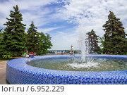 Купить «У фонтана в Азове», фото № 6952229, снято 25 мая 2014 г. (c) Борис Панасюк / Фотобанк Лори