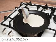Купить «Приготовление блинов. Тесто выливают на сковороду», фото № 6952677, снято 8 июля 2014 г. (c) Вдовиченко Денис / Фотобанк Лори