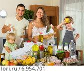 Купить «Parents and children with food», фото № 6954701, снято 17 июля 2018 г. (c) Яков Филимонов / Фотобанк Лори