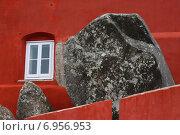 Купить «Контрастная красная стена», фото № 6956953, снято 27 октября 2014 г. (c) Мария Николаева / Фотобанк Лори