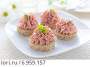Купить «Бутерброды с паштетом на праздничном столе», фото № 6959157, снято 26 января 2015 г. (c) Марина Славина / Фотобанк Лори