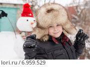 Купить «Мальчик в меховой шапке около снеговика», фото № 6959529, снято 2 января 2015 г. (c) Володина Ольга / Фотобанк Лори