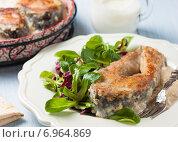 Жареный карп с молочно-луковым соусом и салатом. Стоковое фото, фотограф Лариса Дерий / Фотобанк Лори