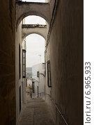 archway at narrow street (2014 год). Стоковое фото, фотограф Яков Филимонов / Фотобанк Лори