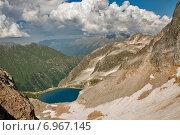 Вид на высокогорное озеро с перевала Семенов-Баши (2014 год). Редакционное фото, фотограф Кузякин Иван / Фотобанк Лори
