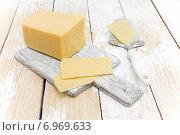 Купить «Нарезанный сыр на столе», фото № 6969633, снято 3 февраля 2015 г. (c) Наталья Осипова / Фотобанк Лори