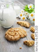 Купить «Овсяное печенье, молоко и букет ромашек на деревянном столе», фото № 6973333, снято 6 февраля 2015 г. (c) Надежда Мишкова / Фотобанк Лори