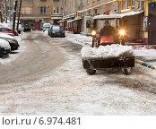 Уборка снега во дворе Москвы (2015 год). Редакционное фото, фотограф Павел Ерыкин / Фотобанк Лори