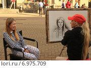 Купить «Художница рисует портрет красивой девушки. Старый Арбат», фото № 6975709, снято 1 мая 2014 г. (c) Алексей Сварцов / Фотобанк Лори