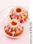 Купить «Traditional easter yeast cake covered with pink icing and colorful sprinkles», фото № 6978737, снято 23 марта 2019 г. (c) BE&W Photo / Фотобанк Лори