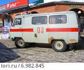 Купить «Автомобиль скорой помощи на привокзальной площади, Малоярославец, Калужская область», эксклюзивное фото № 6982845, снято 2 марта 2011 г. (c) lana1501 / Фотобанк Лори