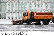 Снегоуборочная техника на Дворцовой площади около Зимнего дворца, Санкт-Петербург (2015 год). Редакционное фото, фотограф Валерия Попова / Фотобанк Лори