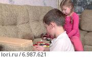 Купить «Брат и сестра играют вместе на диване», видеоролик № 6987621, снято 12 января 2015 г. (c) Кекяляйнен Андрей / Фотобанк Лори
