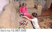 Купить «Дети дошкольного возраста играют в конструктор на диване в комнате», видеоролик № 6987645, снято 12 января 2015 г. (c) Кекяляйнен Андрей / Фотобанк Лори