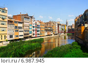 Купить «view of river and picturesque houses in Girona», фото № 6987945, снято 12 июня 2014 г. (c) Яков Филимонов / Фотобанк Лори