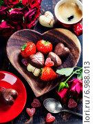 Купить «Шоколадные конфеты и клубника», фото № 6988013, снято 21 января 2014 г. (c) Наталия Кленова / Фотобанк Лори