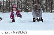 Купить «Мама помогает дочери лепить снежные комки для снеговика. Лесная зимняя поляна», видеоролик № 6988629, снято 21 января 2015 г. (c) Кекяляйнен Андрей / Фотобанк Лори