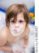 Ребенок купается в ванне с пеной. Стоковое фото, фотограф Mariya Eremenko / Фотобанк Лори