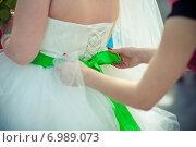 Купить «Крупным планом кружева корсет свадебного платья невесты», фото № 6989073, снято 13 августа 2013 г. (c) Михаил Смиров / Фотобанк Лори