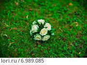 Купить «Букет невесты из белых роз лежит на зелёной траве», фото № 6989085, снято 30 августа 2014 г. (c) Михаил Смиров / Фотобанк Лори