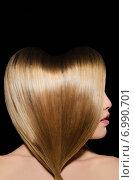 Купить «Девушка с длинными волосами, уложенными виде сердца, на черном фоне», фото № 6990701, снято 19 января 2015 г. (c) Заметалов Андрей / Фотобанк Лори