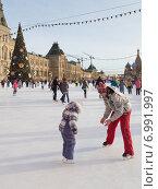 Купить «Мужчина учит ребенка кататься на коньках на катке у ГУМа, Красная площадь», фото № 6991997, снято 16 января 2015 г. (c) Ekaterina Andreeva / Фотобанк Лори