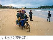 Три китайца едут на мотоцикле по пляжу (2014 год). Редакционное фото, фотограф Алексей Маринченко / Фотобанк Лори