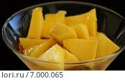 Купить «Портвейн наливают в бокал с манго», видеоролик № 7000065, снято 18 октября 2014 г. (c) Manuel Mata Gallego / Фотобанк Лори