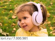 Девочка слушает музыку в наушниках. Стоковое фото, фотограф Юлия Нигматуллина / Фотобанк Лори