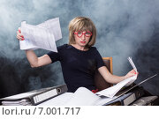 Молодая женщина  смотрит документы. Стоковое фото, фотограф Юрий Викулин / Фотобанк Лори