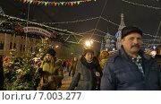 Купить «Люди гуляют по новогодней ярмарке на Красной площади около ГУМа. Москва, январь 2015», видеоролик № 7003277, снято 10 января 2015 г. (c) Арташес Оганджанян / Фотобанк Лори