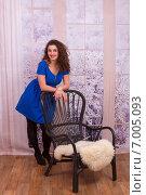 Купить «Красивая девушка рядом со стулом в студии», фото № 7005093, снято 5 февраля 2015 г. (c) Алексей Назаров / Фотобанк Лори