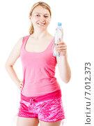 Купить «Улыбающаяся блондинка в розовом спортивном костюме с открытой бутылкой воды в руках», фото № 7012373, снято 14 апреля 2014 г. (c) Сергей Дубров / Фотобанк Лори