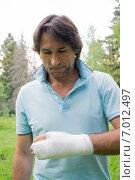 Купить «Мужчина со сломанной левой рукой», фото № 7012497, снято 24 мая 2014 г. (c) Володина Ольга / Фотобанк Лори