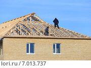Купить «Рабочие на крыше», эксклюзивное фото № 7013737, снято 29 января 2015 г. (c) Анатолий Матвейчук / Фотобанк Лори