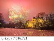 Купить «Праздничный салют в усадьбе Измайлово в Москве на 23 февраля в дождливую и ветреную погоду», фото № 7016721, снято 23 февраля 2014 г. (c) Горшков Игорь / Фотобанк Лори