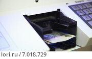 Купить «Внесение наличных в банкомат», видеоролик № 7018729, снято 15 февраля 2015 г. (c) Кирилл Трифонов / Фотобанк Лори