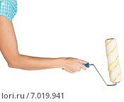 Купить «Женская рука с малярным валиком», фото № 7019941, снято 8 декабря 2014 г. (c) Кирилл Черезов / Фотобанк Лори