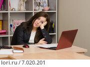 Девушка в кабинете тоскливо смотрит в монитор. Стоковое фото, фотограф Иванов Алексей / Фотобанк Лори