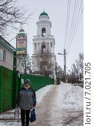 Ржев. Женщина проходит мимо Оковецкой церкви (2015 год). Редакционное фото, фотограф needadventures / Фотобанк Лори