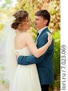 Счастливые жених и невеста в парке летом. Стоковое фото, фотограф Евгения Устиновская / Фотобанк Лори