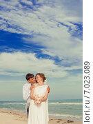 Молодые жених и невеста на пляже. Стоковое фото, фотограф Евгения Устиновская / Фотобанк Лори