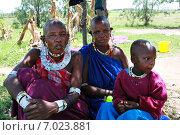 Купить «Аруша, Танзания, две чернокожие африканские женщины в традиционной одежде племени масаи, сидят в тени дерева с ребенком девочкой лет восьми», фото № 7023881, снято 14 февраля 2008 г. (c) Владимир Григорьев / Фотобанк Лори