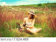 Красивая молодая девушка с собакой сидит в поле летом. Стоковое фото, фотограф Ильина Анна / Фотобанк Лори