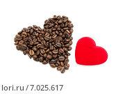 Купить «Кофейное и бархатное сердца на белом фоне», фото № 7025617, снято 17 февраля 2015 г. (c) Наталья Осипова / Фотобанк Лори