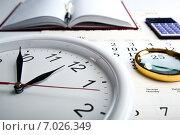 Купить «Круглые часы, ежедневник, калькулятор и лупа на календаре», фото № 7026349, снято 16 февраля 2015 г. (c) Александр Калугин / Фотобанк Лори