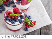 Купить «Десерт с ягодами», фото № 7028209, снято 2 августа 2014 г. (c) Елена Веселова / Фотобанк Лори