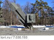 Купить «Памятник генералу Д. М. Карбышеву. Проспект Маршала Жукова. Москва», эксклюзивное фото № 7030193, снято 18 февраля 2015 г. (c) lana1501 / Фотобанк Лори
