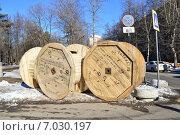 Купить «Катушки для кабеля на дороге. Проспект Маршала Жукова. Москва», эксклюзивное фото № 7030197, снято 18 февраля 2015 г. (c) lana1501 / Фотобанк Лори